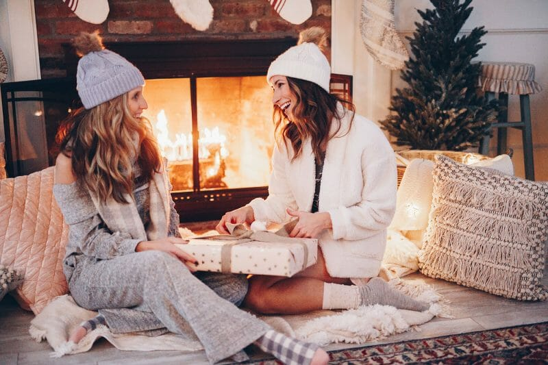 Looking for last minute gift ideas for the person who loves being cozy? Check out this guide put together by motherhood blogger, Lynzy & Co.!